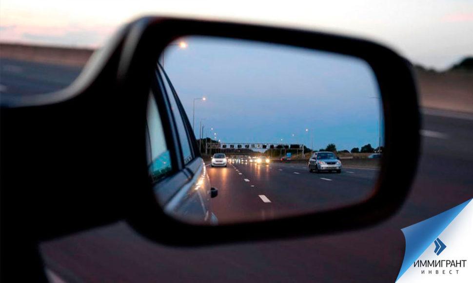 Отражение скоростной магистрали в зеркале