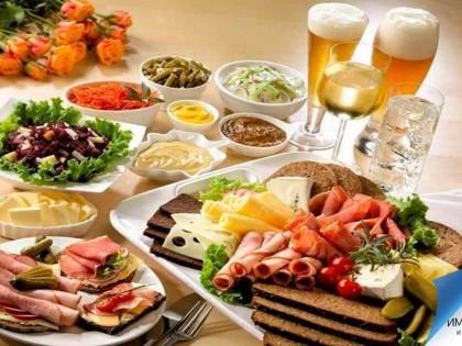 Традиционные австрийские закуски: жареные сосиски и пряности