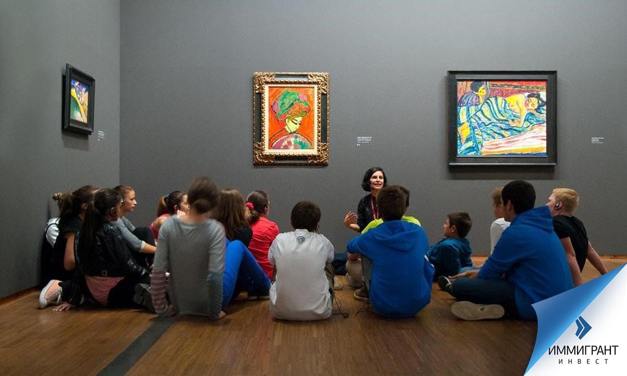 Студенты на экскурсии в галерее