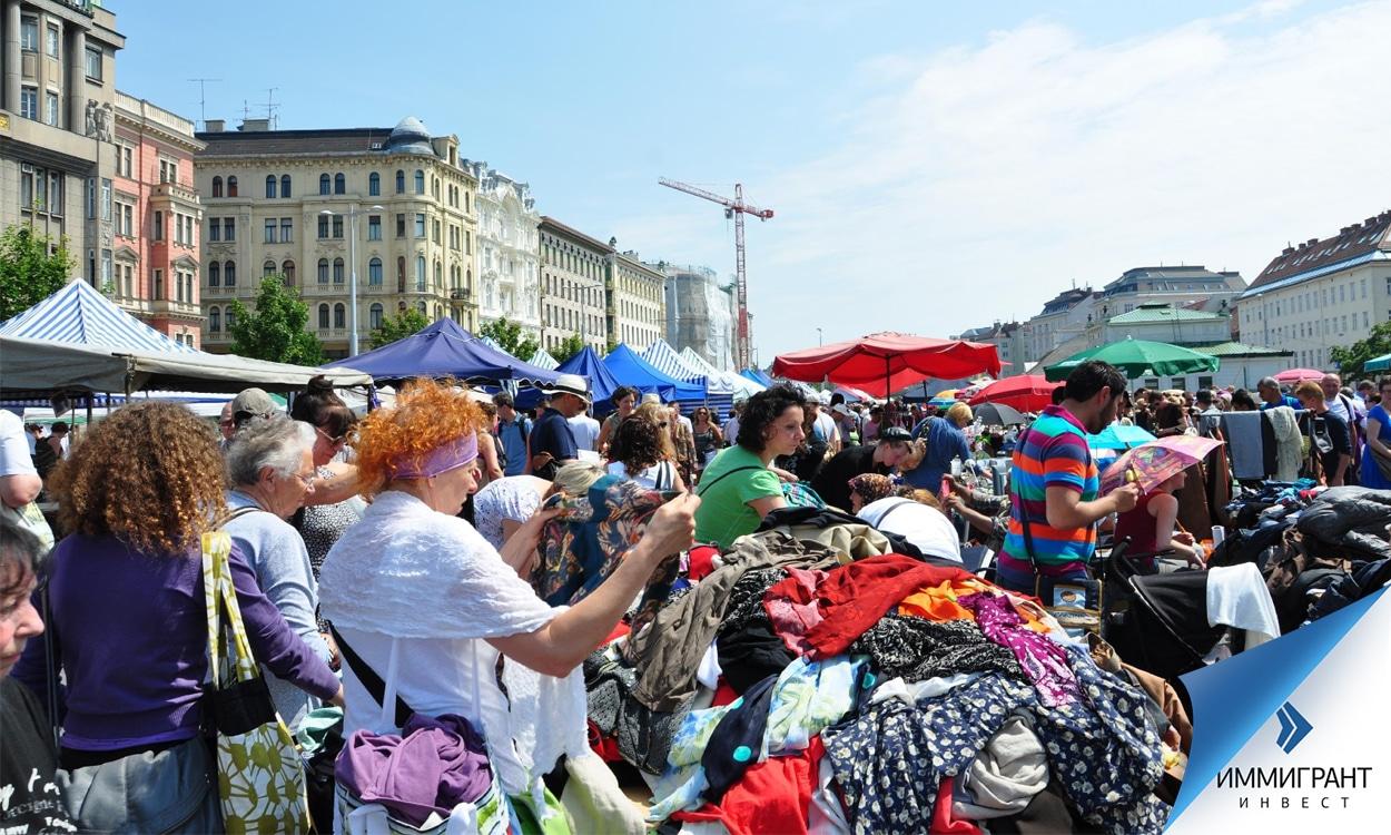 Блошиный рынок Naschmarkt вдоль улицы Wienzeile