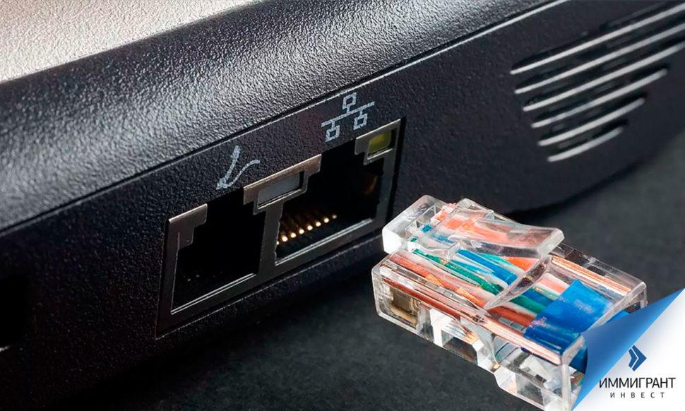 Штекер кабеля у гнезда ноутбука