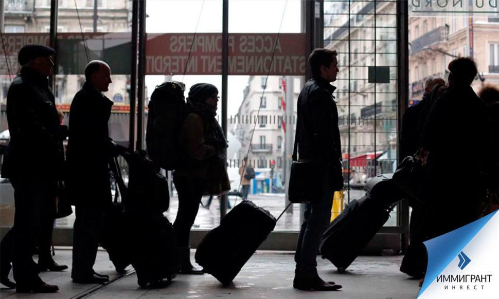 На фото – пассажиры на вокзале