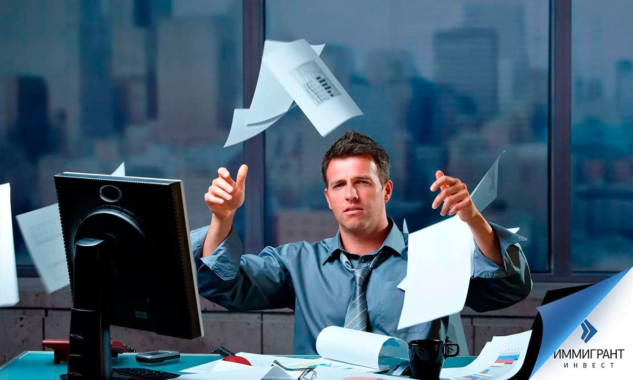 Бизнесмен выбрасывает листы бумаги