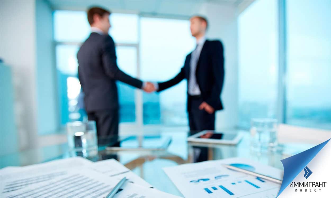 Партнеры по бизнесу пожимают руки