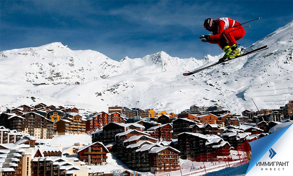 Лыжник в прыжке над склоном