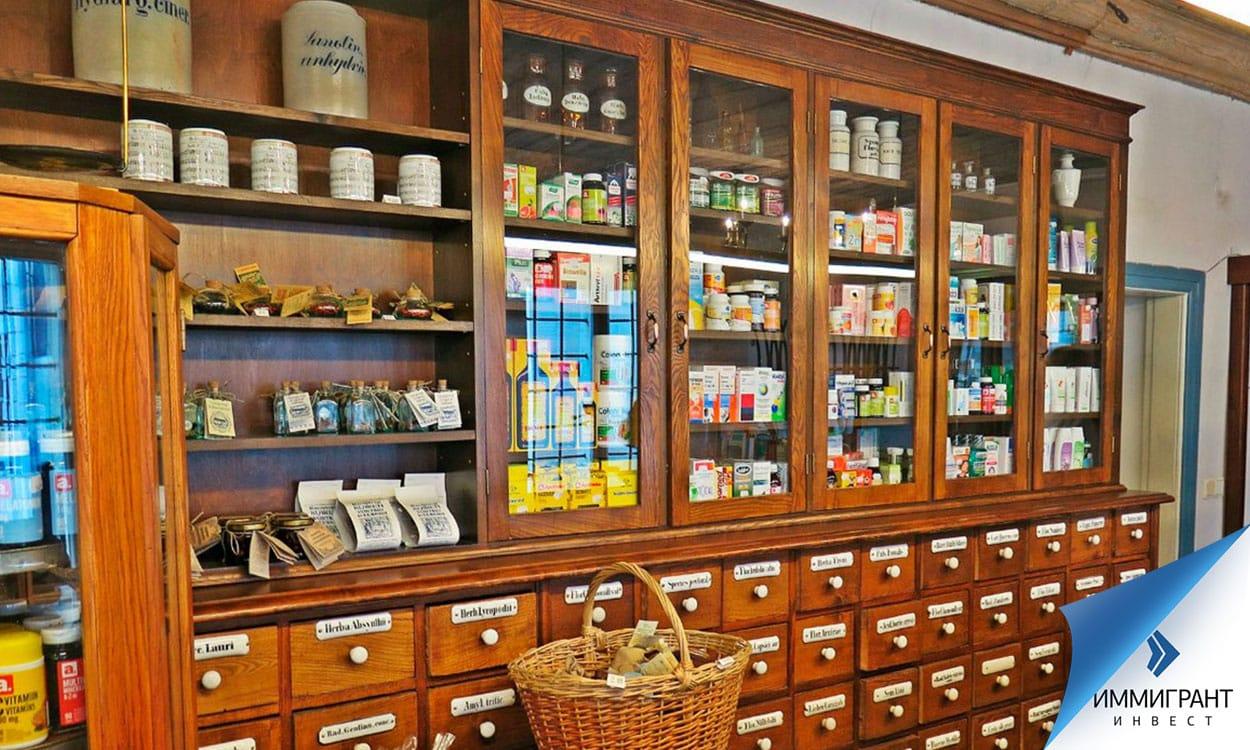 Шкафы с лекарствами в аптеке