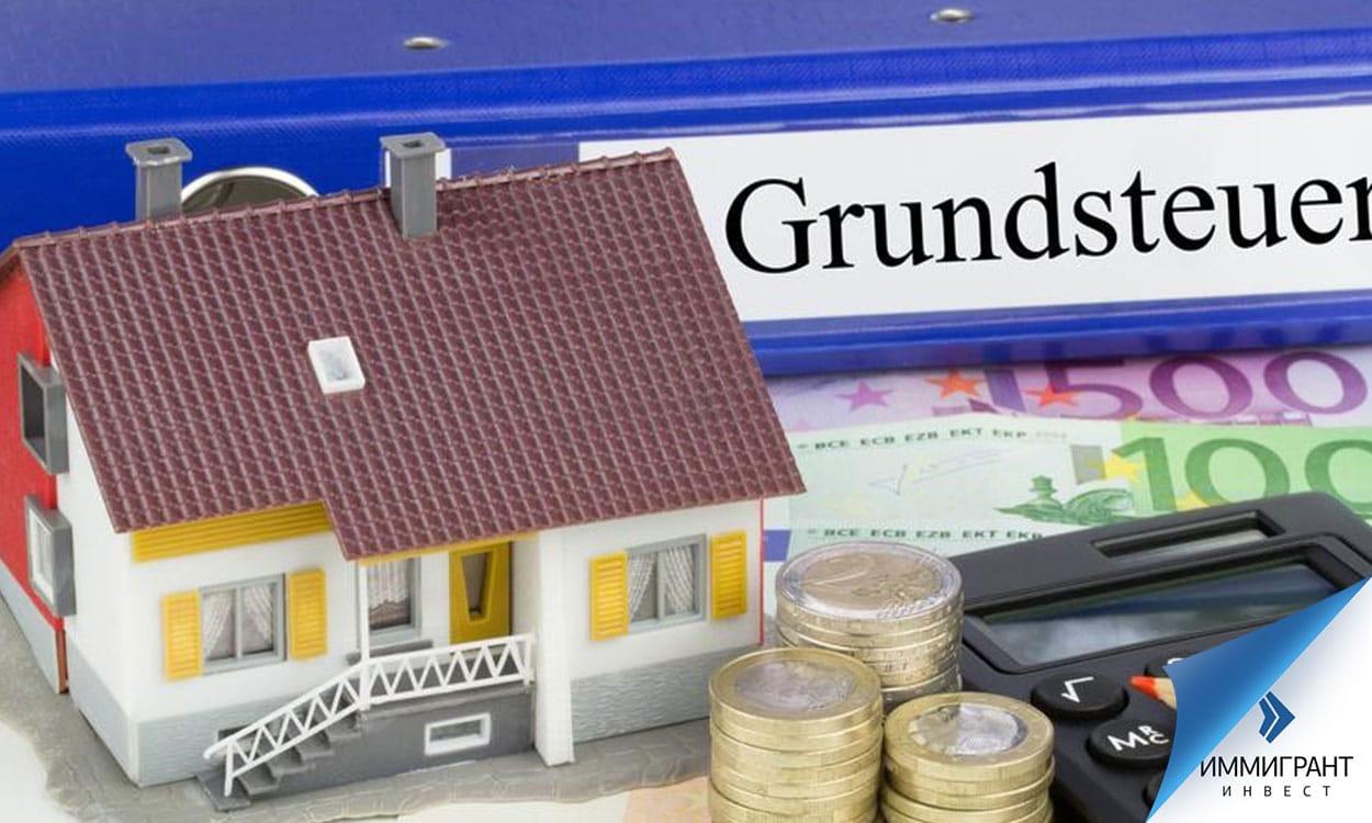 Игрушечный домик, евро и калькулятор