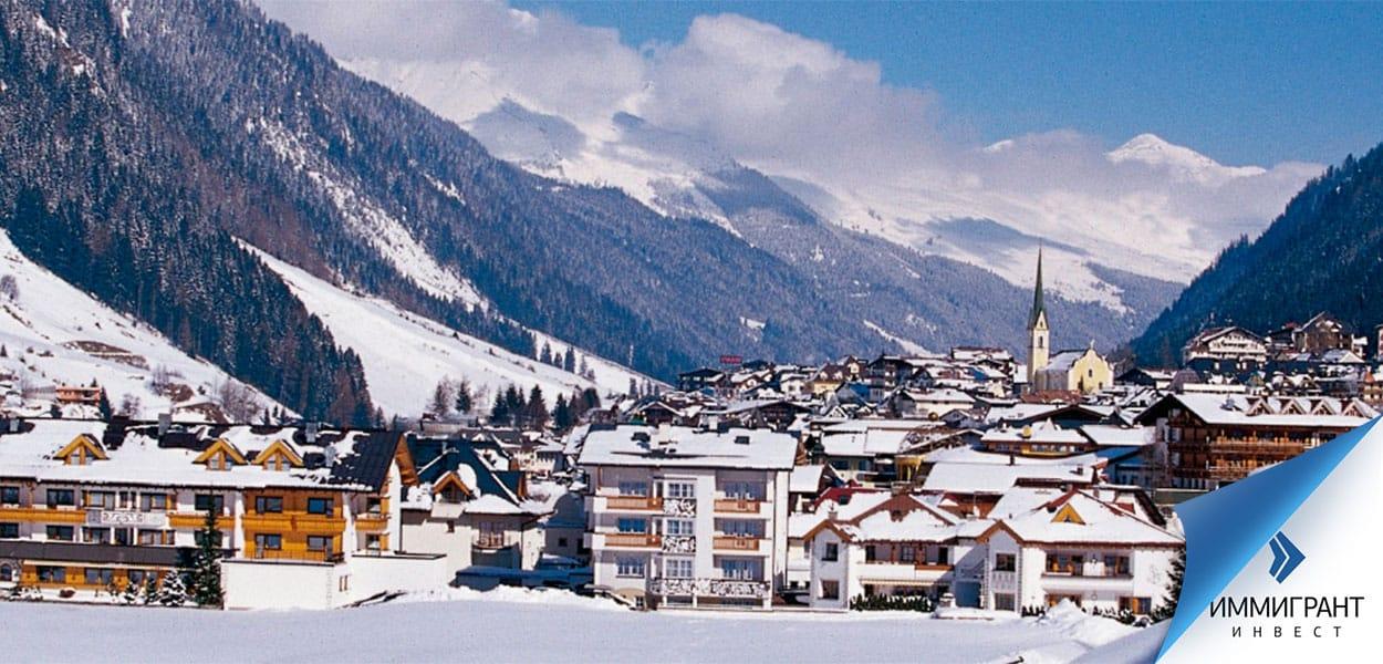 Вид на горный городок в австрийских Альпах