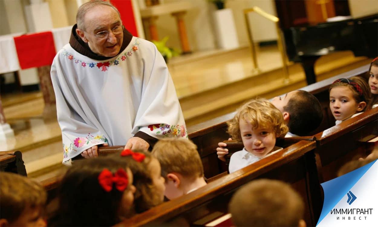 Священник с детьми